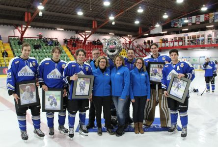 Bel hommage des hockeyeurs de 20 ans envers l'Everest…