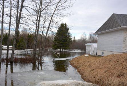 Inondation: la procédure d'évacuation est mise en branle à Sainte-Lucie et Lac-Frontière