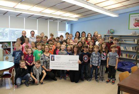 Marie-Eve Proulx remet 11 807$ à l'école de Saint-Cyrille