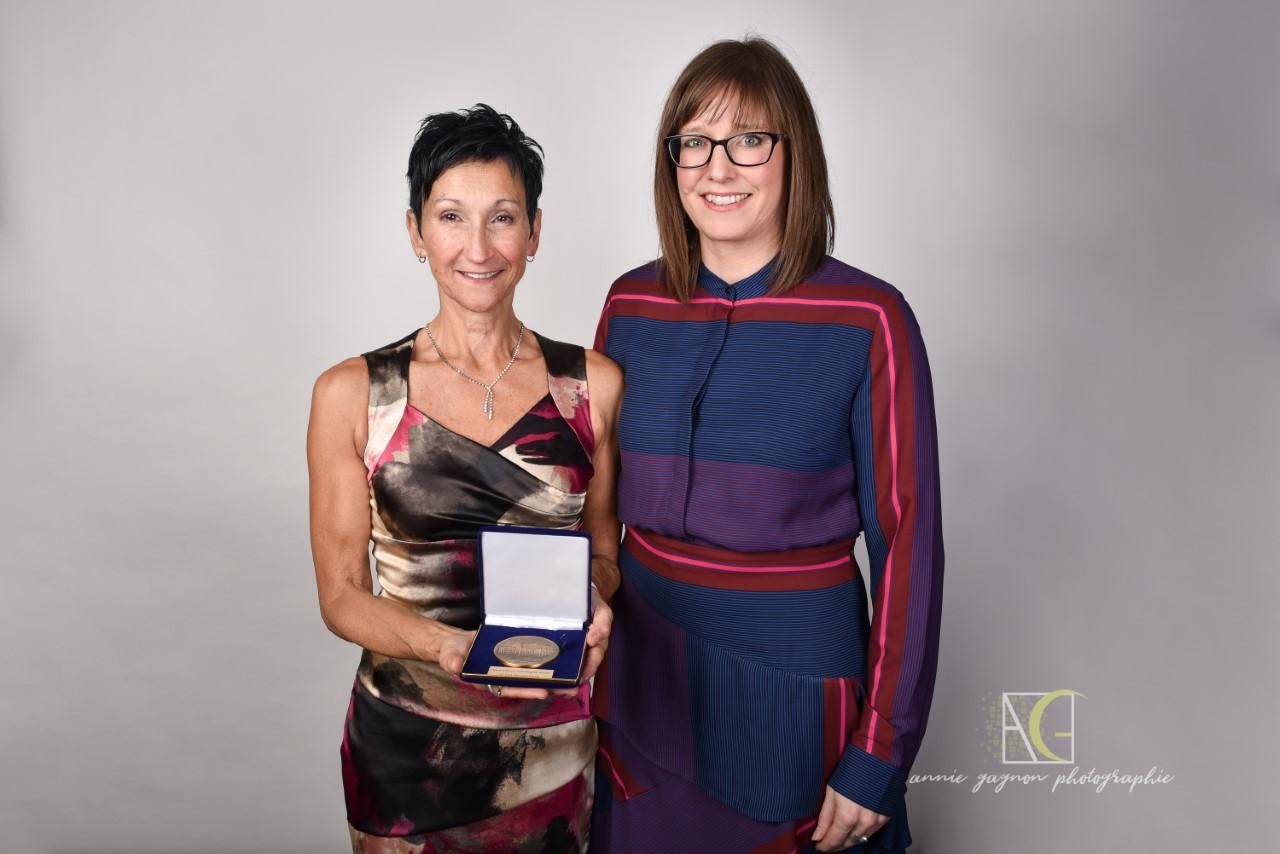 Brigitte Vézina reçoit une médaille de l'Assemblée nationale
