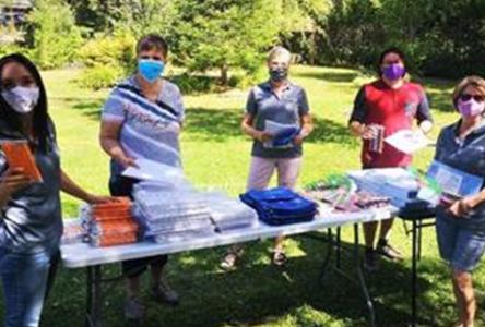 Plus de 300 sacs d'école distribués pour aider les élèves